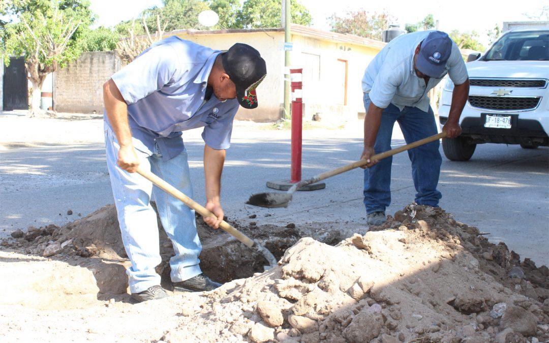 Trabajadores de Japame subsanan baches en vialidades de La Cruz originados por fugas de agua