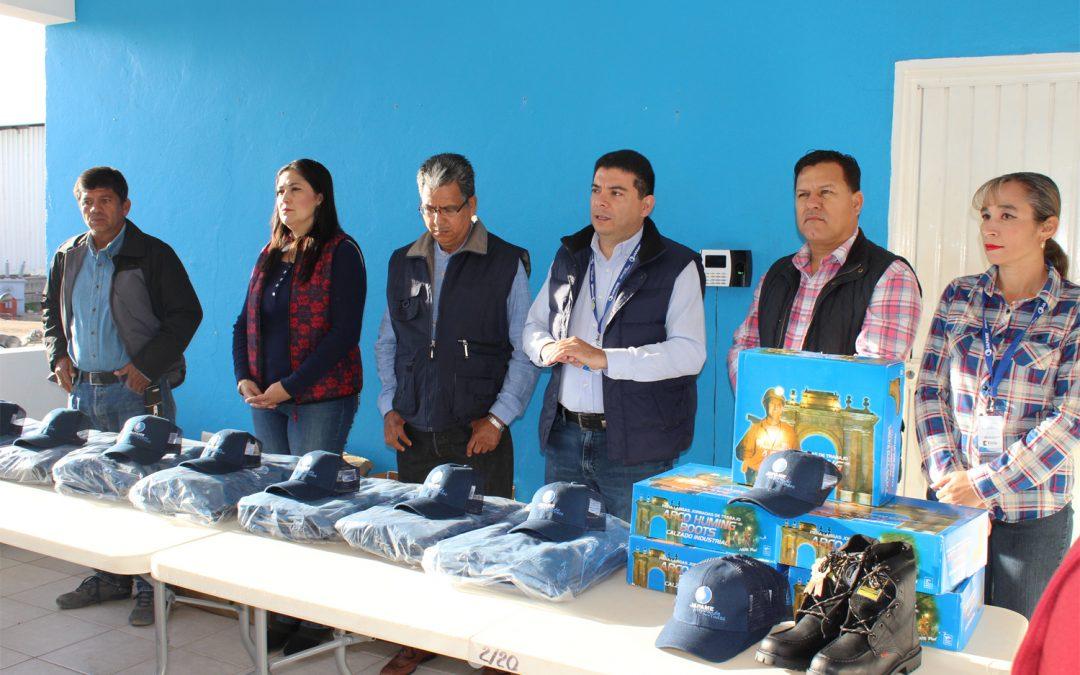 Entrega consejo administrativo de Japame uniformes a personal del área operativa y comercial