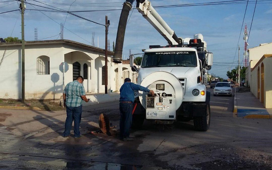 Efectúa personal de Japame limpieza en red de alcantarillado sanitario