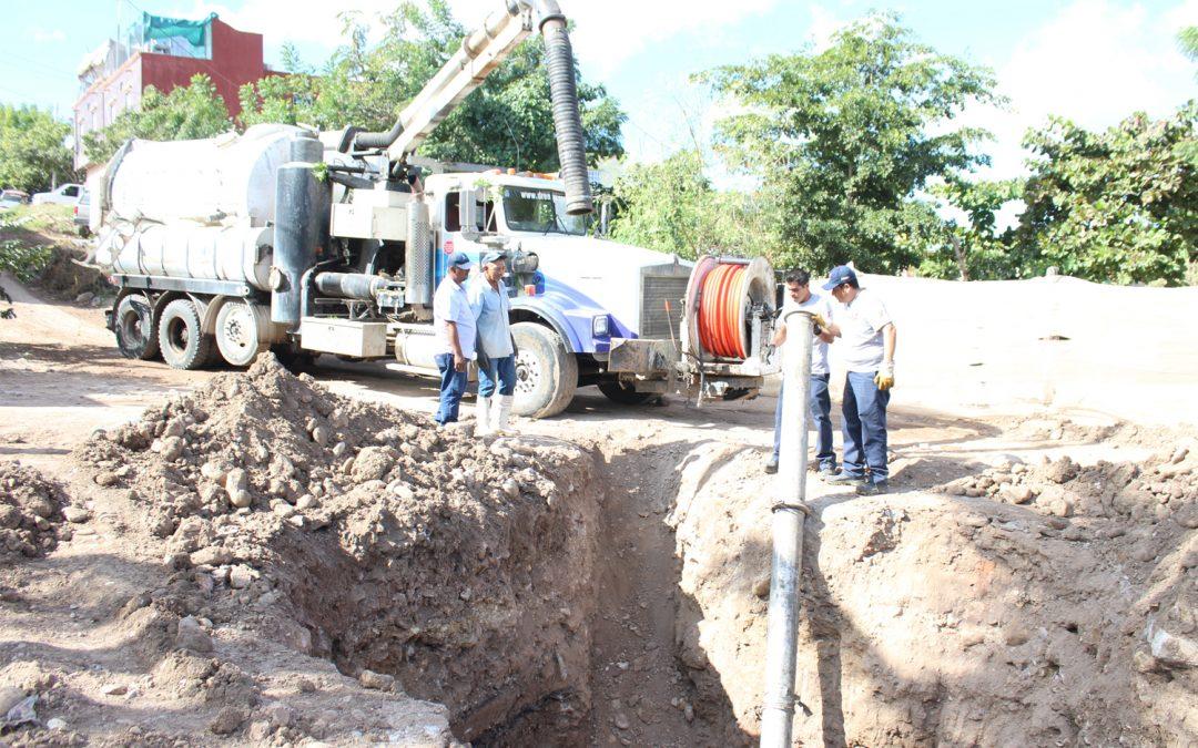 Se dificultan los trabajos de mantenimiento en colector de aguas residuales de La Cruz por construcciones sobre los accesos a pozos de visita