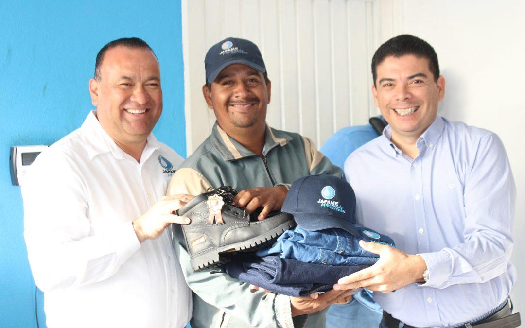 Entregan uniformes a personal de las áreas operativas y comercial de Japame