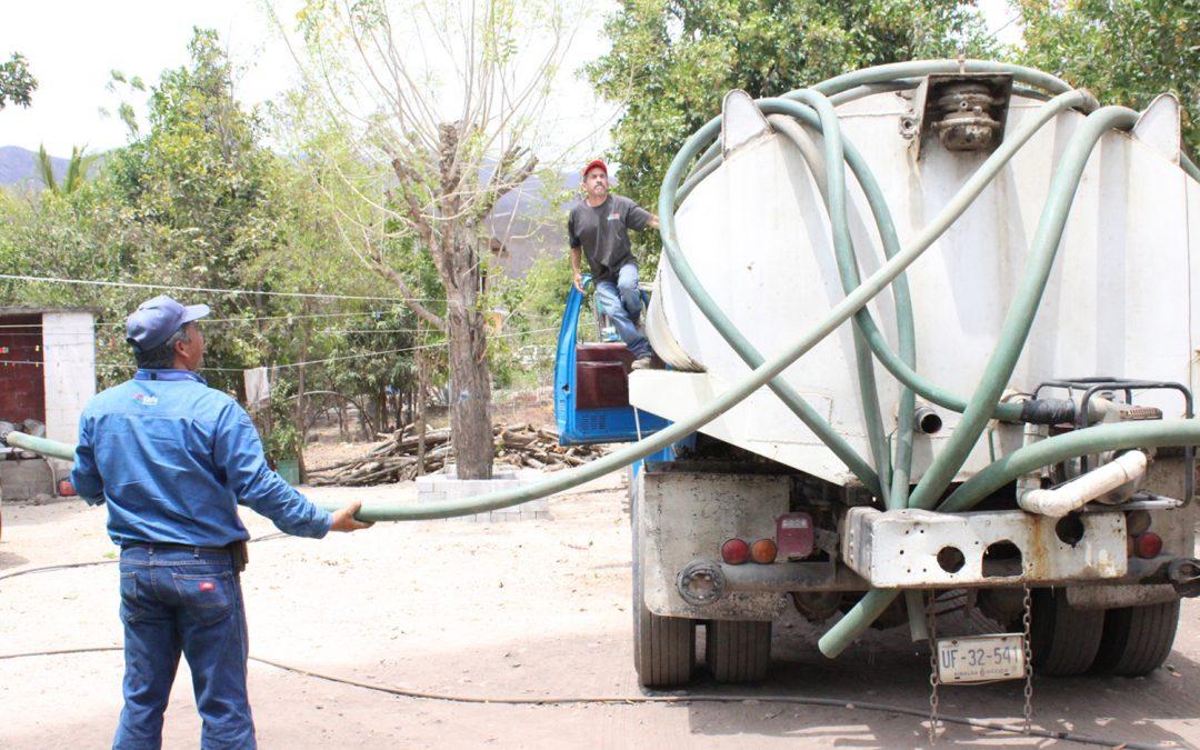 Suministra japame agua potable por medio de pipas a comunidades con problemas de sequía en el  municipio