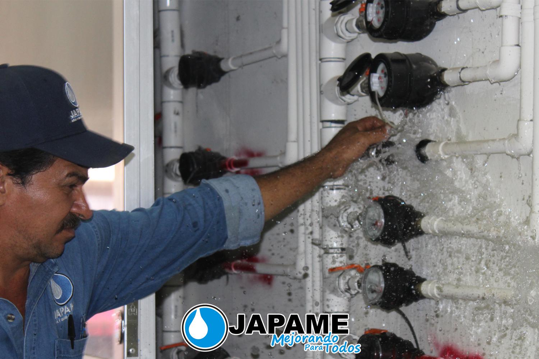 REVISA PERSONAL DE JAPAME TOMAS DE AGUA POTABLE EN MERCADO MUNICIPAL
