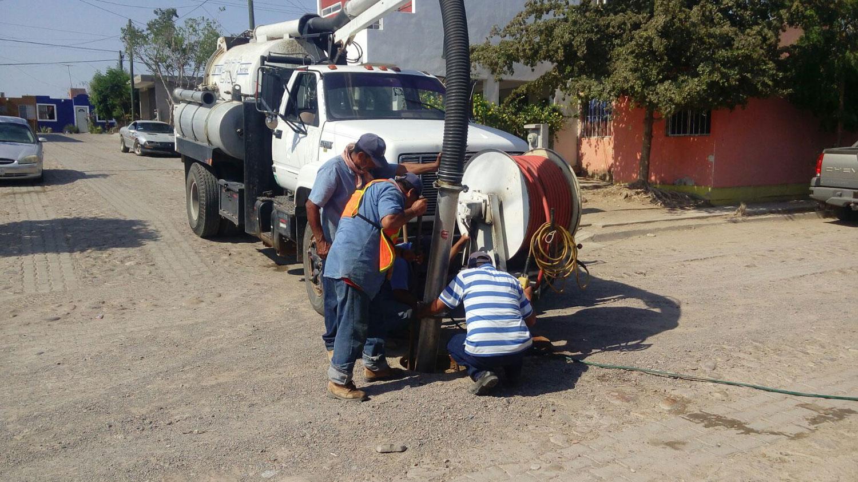 Personal de japame realiza limpieza en red del sistema de alcantarillado en La Cruz