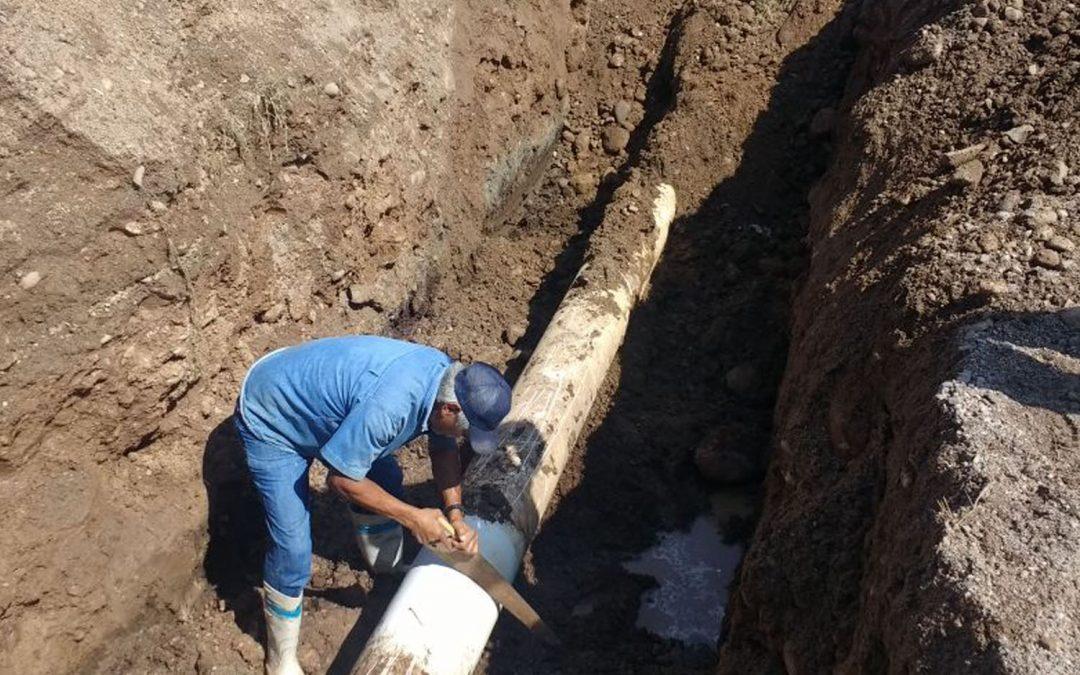 Trabajadores de Japame reparan fugas de agua potable en línea principal de conducción