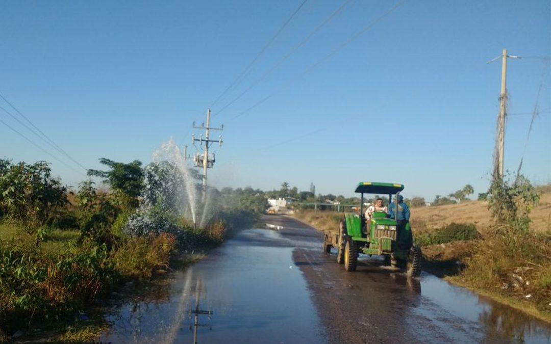 Ocasiona automóvil interrupción en el servicio de agua potable en diversos sectores de La Cruz  por derribar válvula de expulsión de aire en línea principal